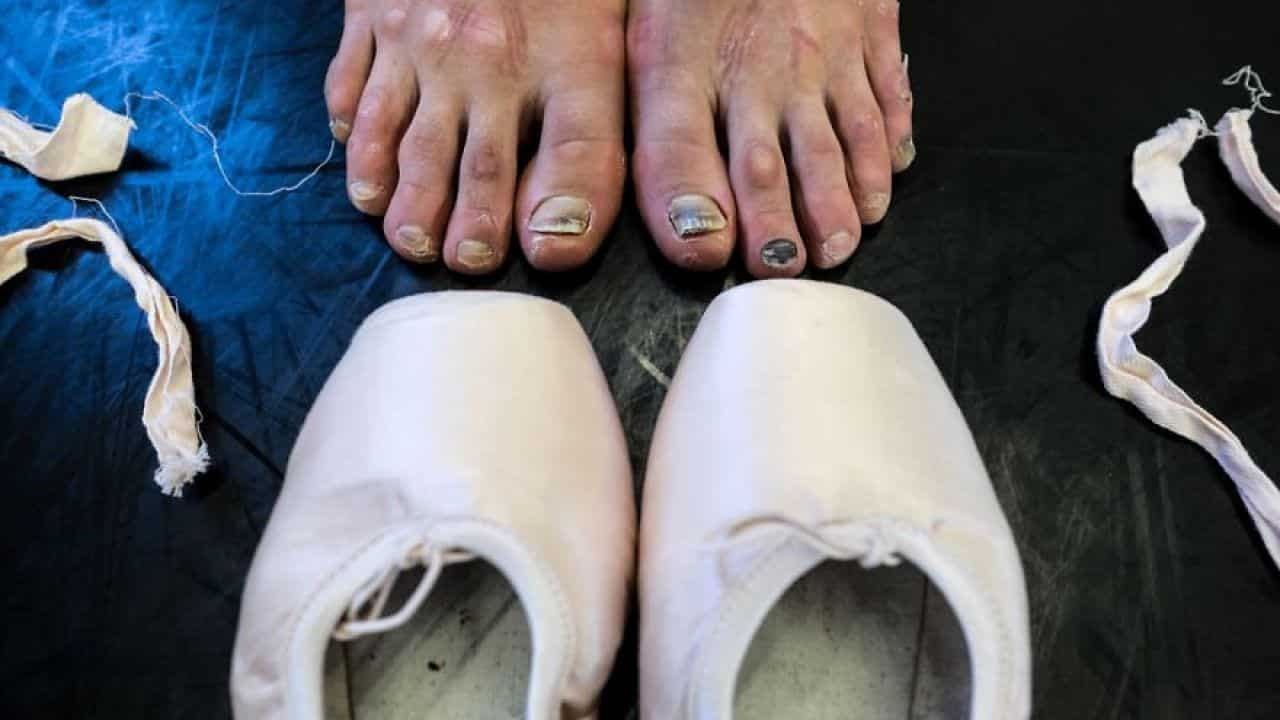 Pés de bailarina impressionam em imagens feitas nos bastidores do balé