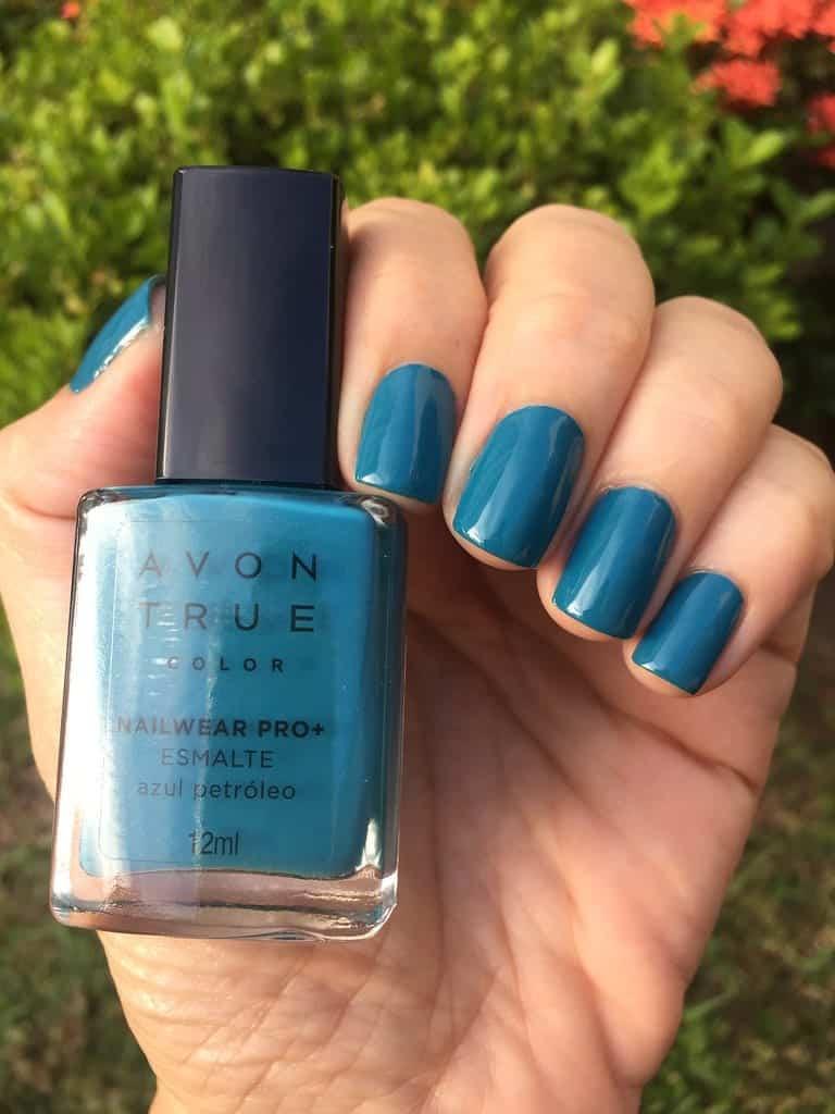 Esmalte azul, veja dicas da cor que fica incrível em todos os tons de pele