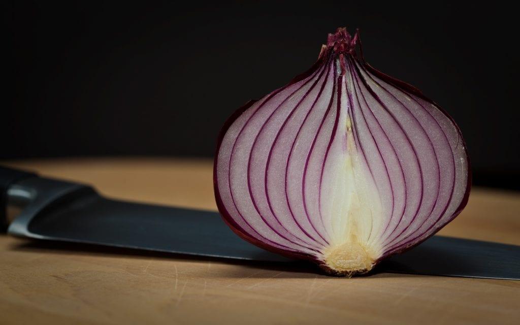 Cebola cortada –  mitos e verdades e como armazena-la