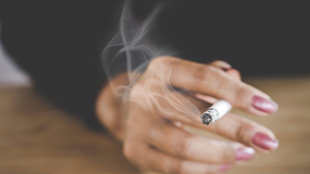 Como tirar cheiro de cigarro – Eliminando o odor de vários ambientes
