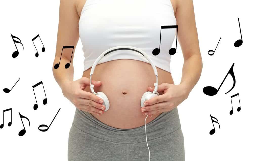 Por que o bebê chuta o útero? tudo sobre esse acontecimento da gravidez