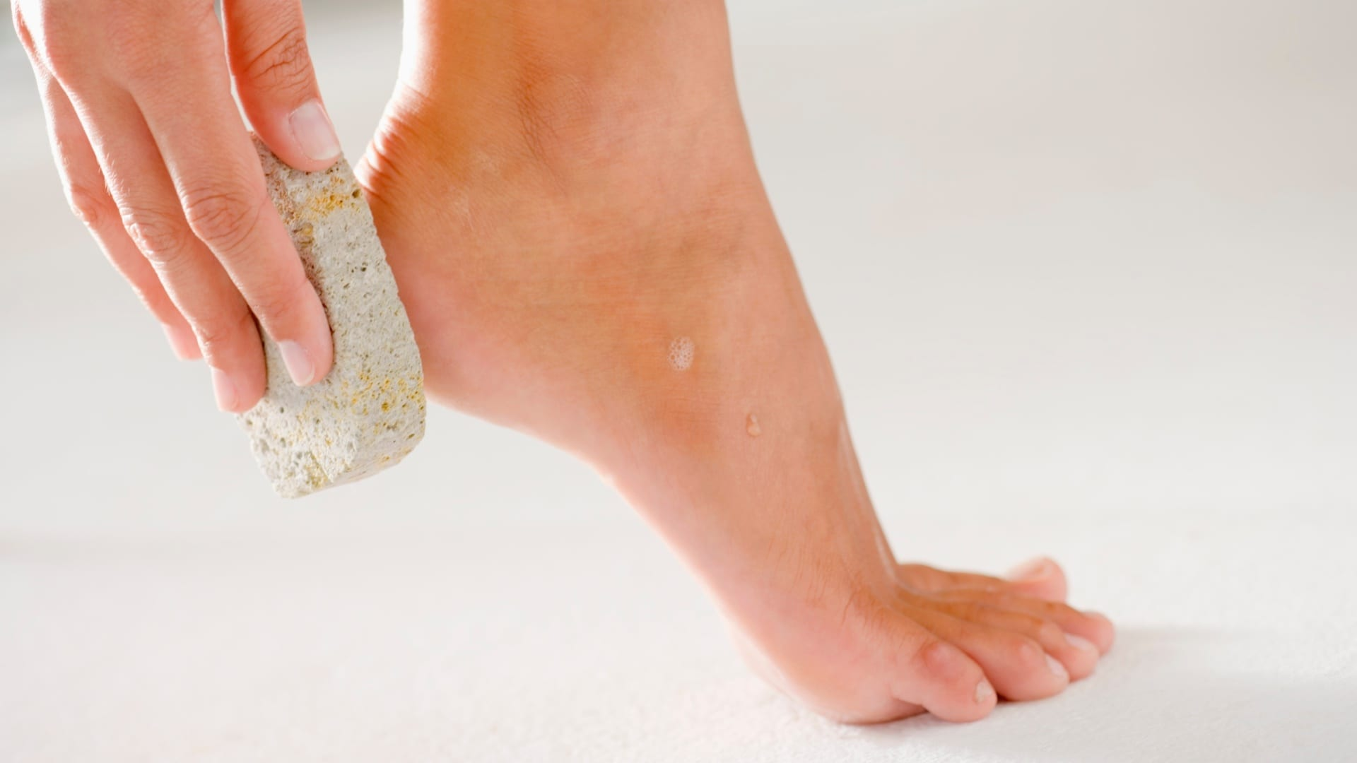 Esfoliar os pés- a importância, benefícios e como fazer a esfoliação