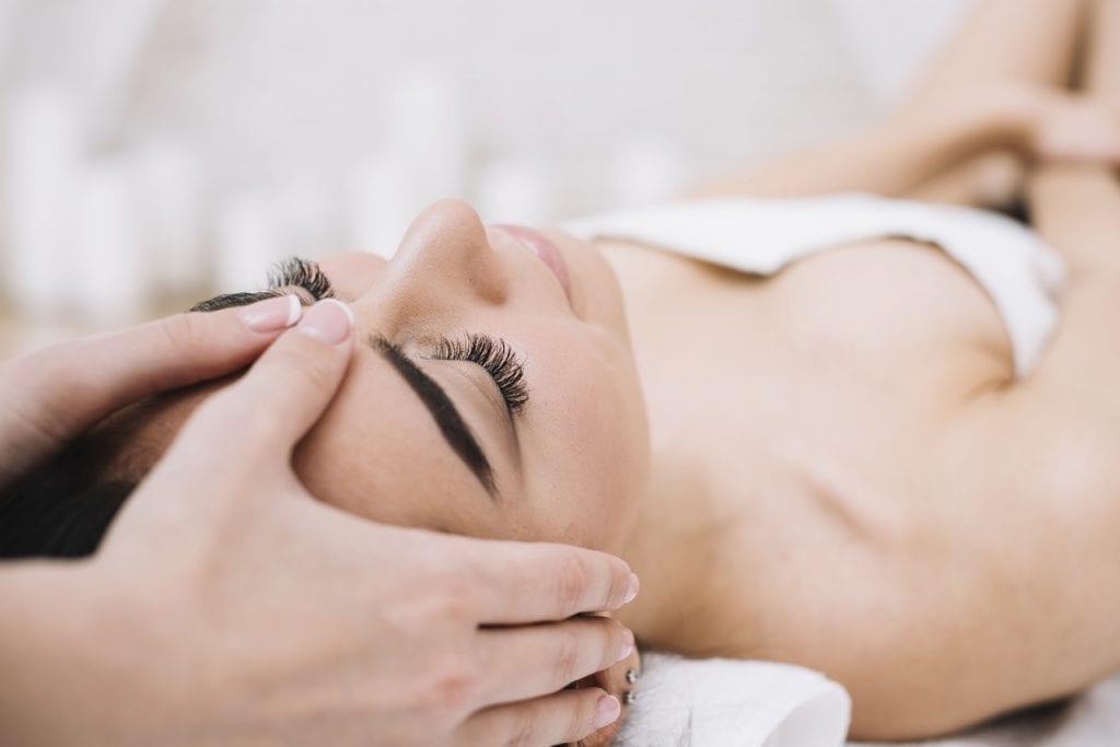 Drenagem facial – O que é, benefícios e como fazer em casa