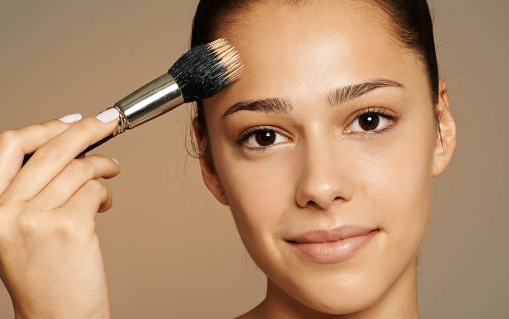 Como aplicar base no rosto – Dicas e truques para uma aplicação perfeita
