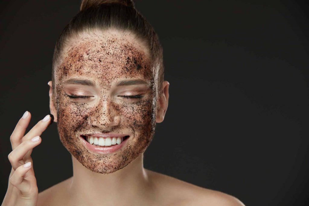 Esfoliação facial, o que é? Como fazer + 12 receitas de esfoliante caseiro