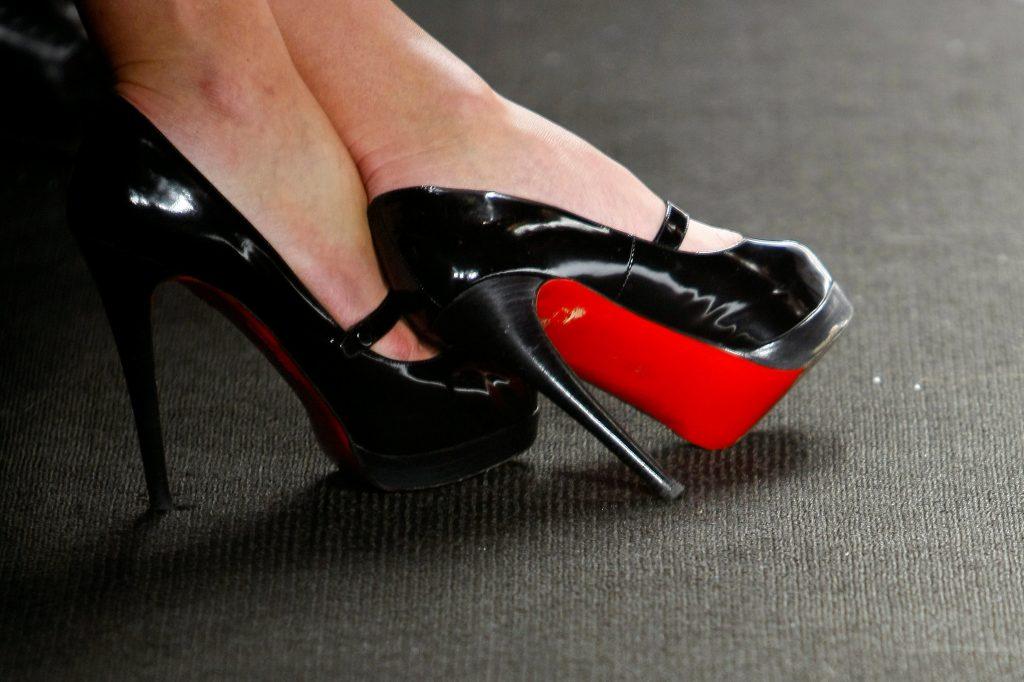 Louboutin – História de sucesso da grife de sapatos do solado vermelho