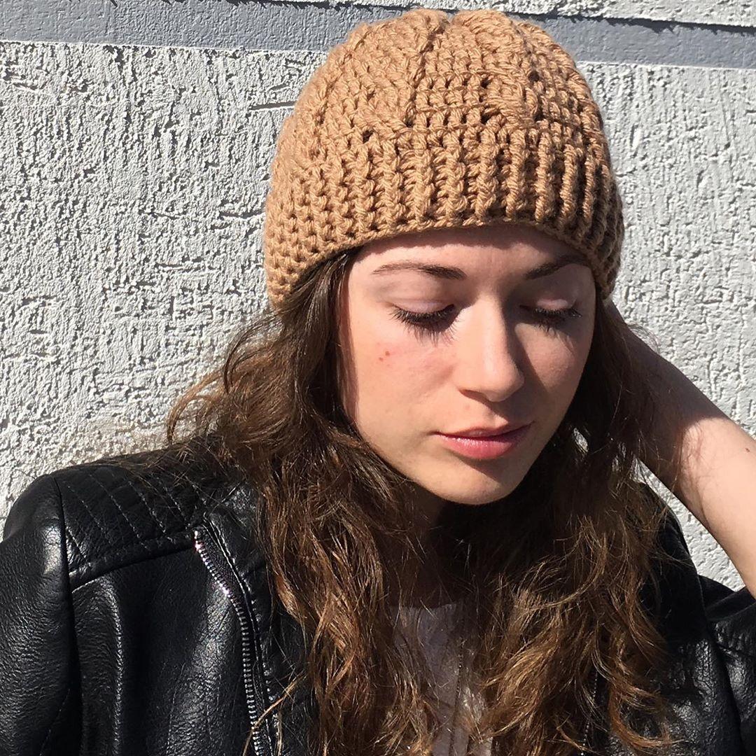 mulher com o rosto ao sol