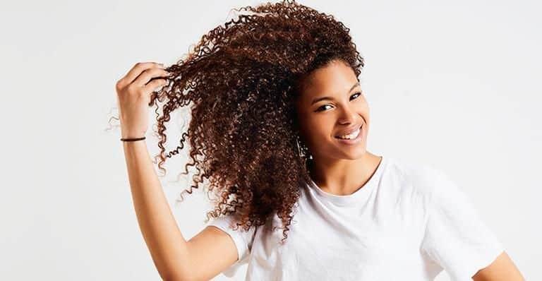 cabelos fortes e enrolados