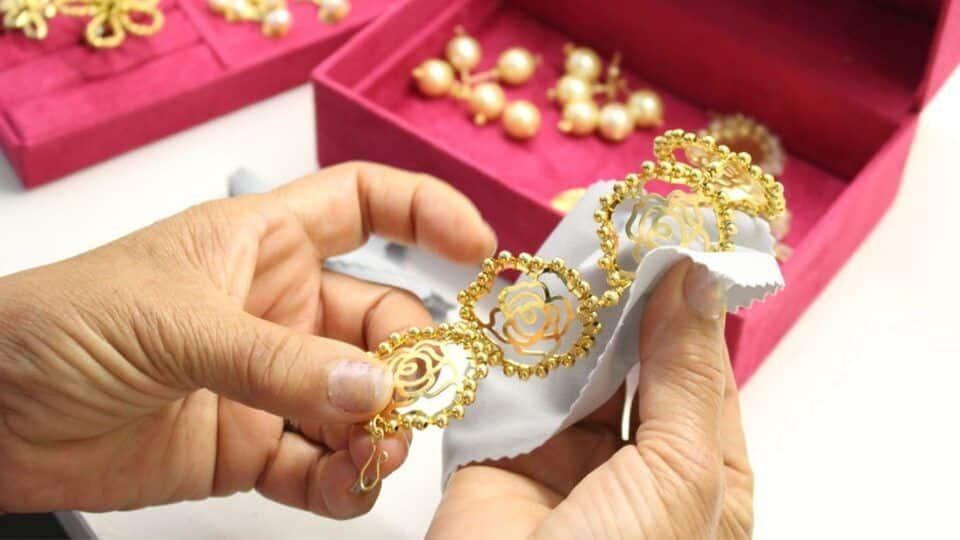 Como limpar ouro – Dicas caseiras para manter suas joias brilhantes