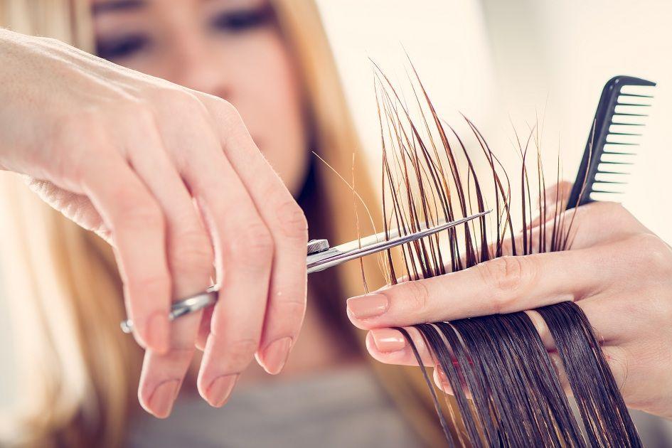 cortando as pontas do cabelo
