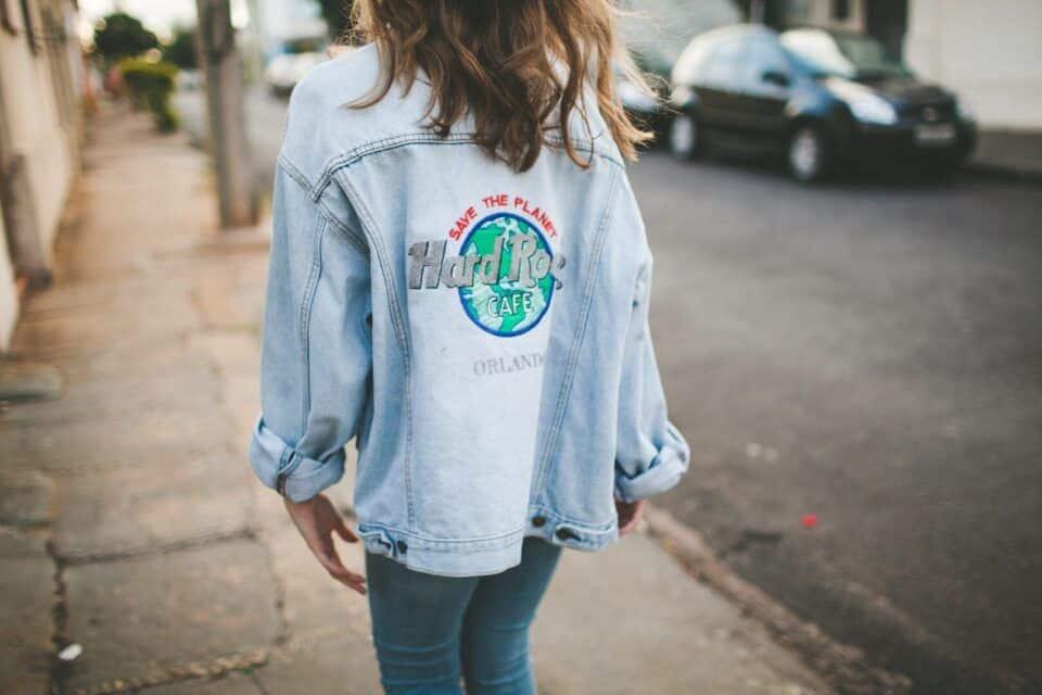 Jaqueta jeans oversized – Origem da peça, tendência + look inspirações
