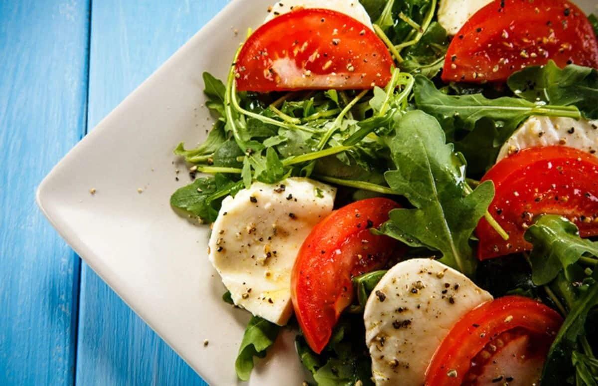Salada de alface com rúcula, brócolis e queijo
