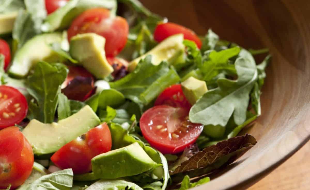 salada tropical de abacate e alface