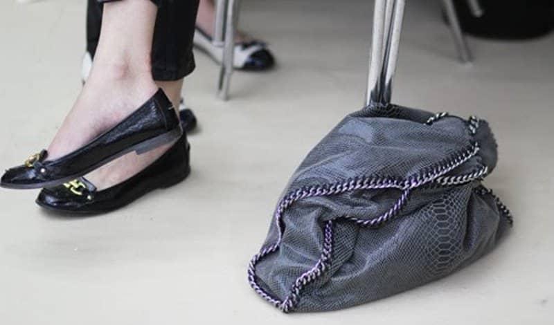 Deixar bolsa no chão