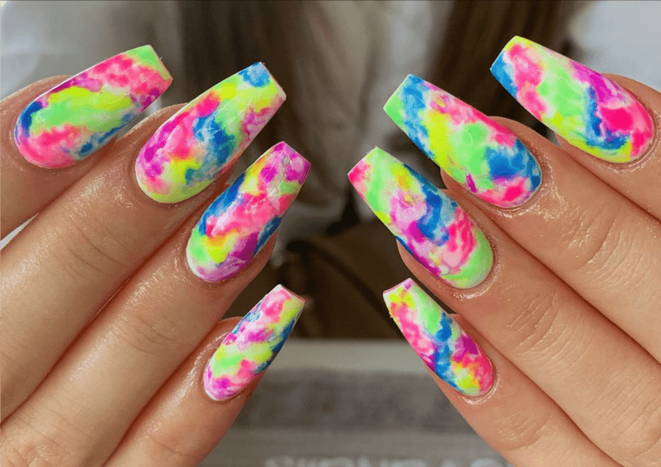 Unhas tie-dye – Como fazer a unha do momento em casa + inspirações