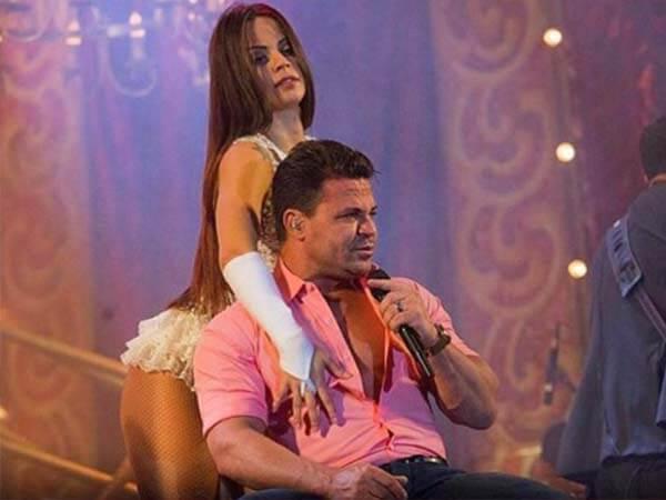 victoria dançando em volta de eduardo costa sentado na cadeira