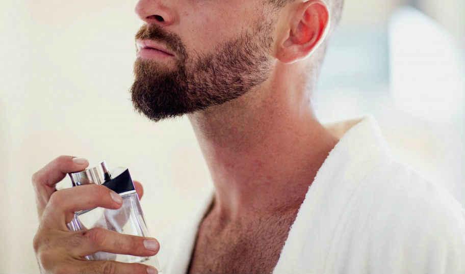 homem passando perfume