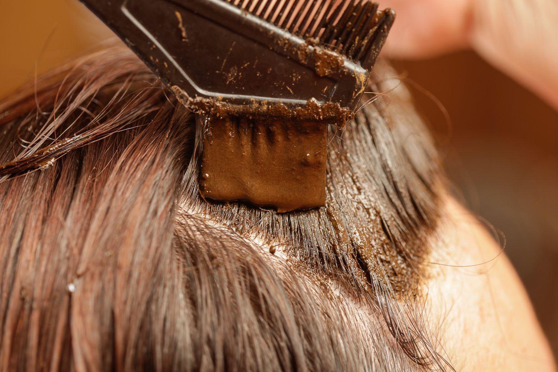 passando henna no cabelo