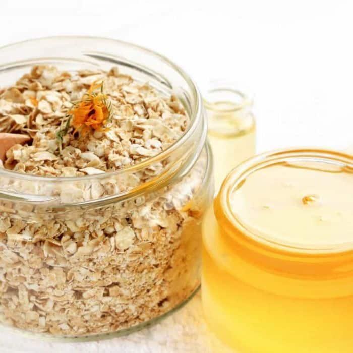 Benefícios do mel para a pele: esfoliante de mel com aveia