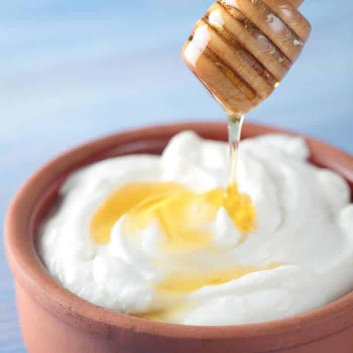 Benefícios do mel para a pele: receita mel com iogurte