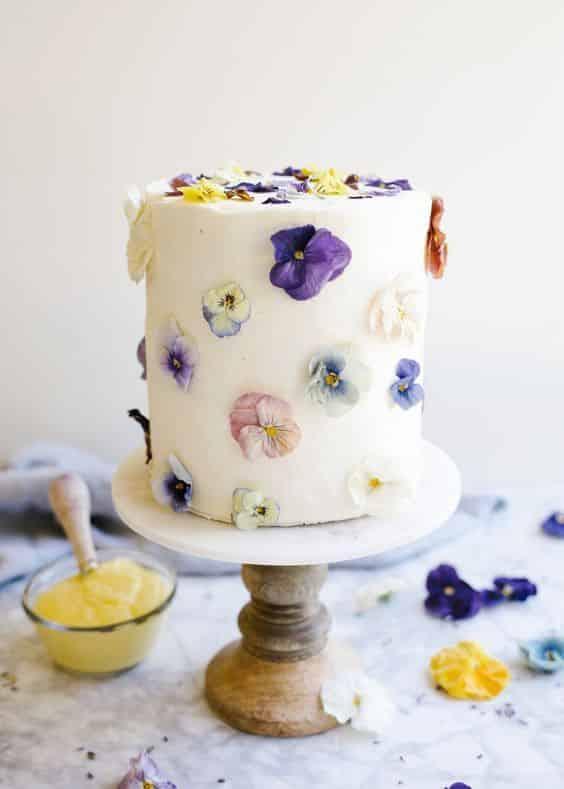 Como decorar bolo com flores comestiveis