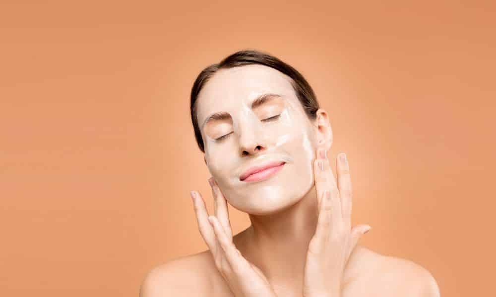 Como hidratar pele seca? Cuidados básicos para uma pele saudável