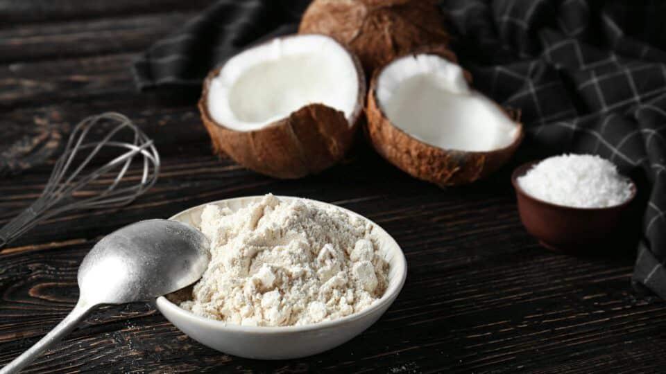 Farinha de coco, o que é? Conheça os prós e contras do consumo