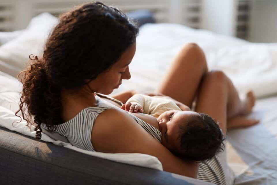 Posições para amamentar – 5 maneiras confortáveis para mamãe e o bebê