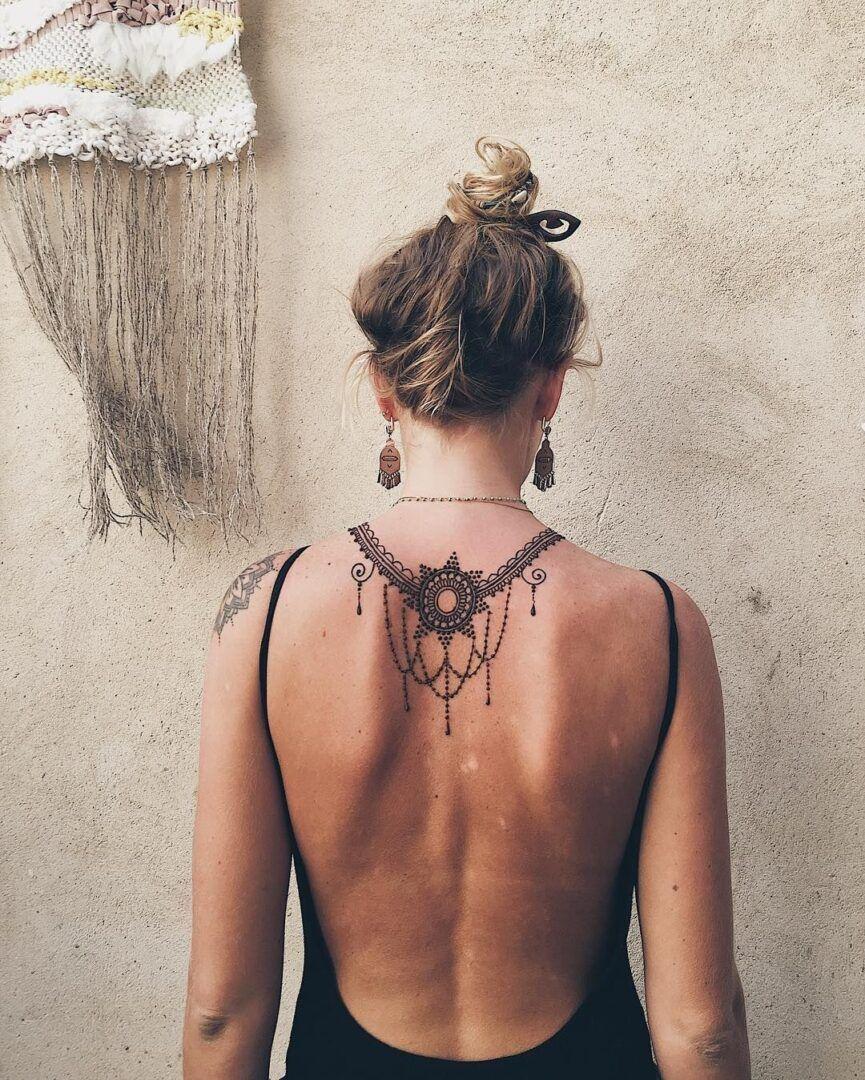 Confira: Tatuagem de Henna nas costas - Arte Milenar