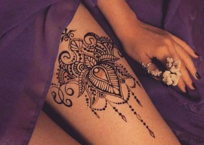 Tatuagem de henna nas coxas