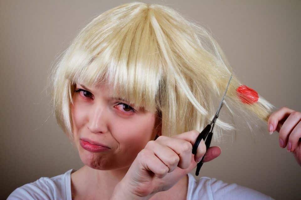 Como tirar chiclete do cabelo- dicas e truques para te livrar da tesoura