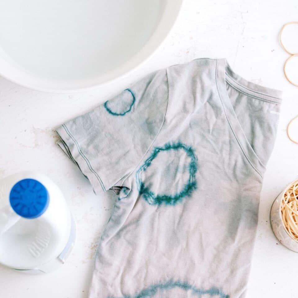 Como tirar manchas de água sanitária – Dicas eficazes para suas roupas