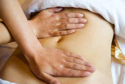 massagem para curar cólica