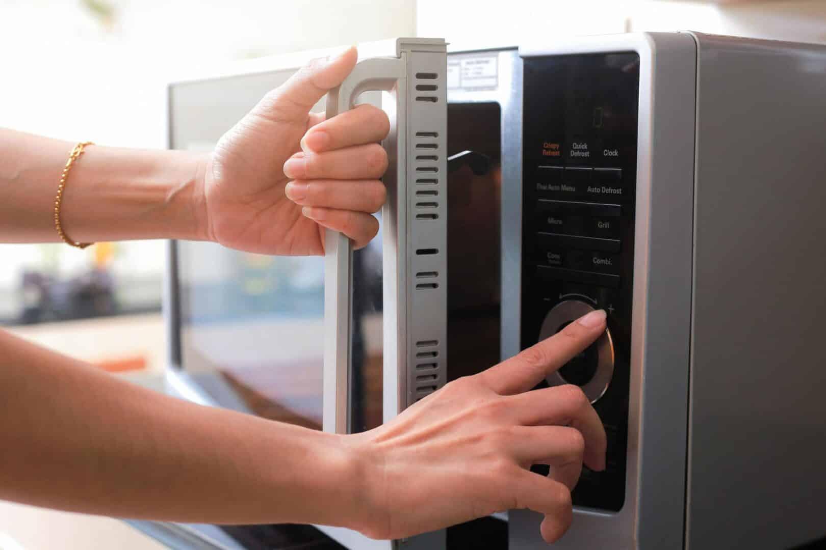 Ovo frito no micro-ondas, como fazer? Receitas fáceis e práticas