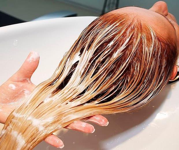 Água oxigenada no cabelo, como usar? Dicas para não prejudicar os fios