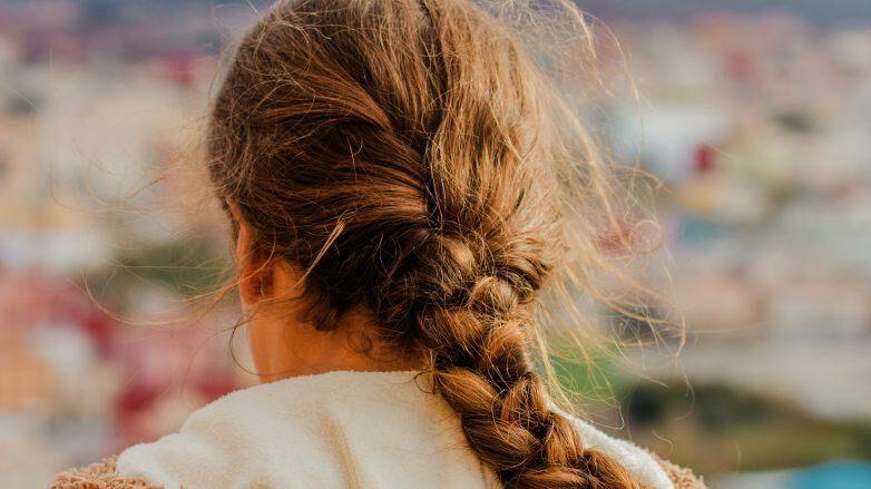 Cabelos com frizz, como evitar? Principais causas e soluções