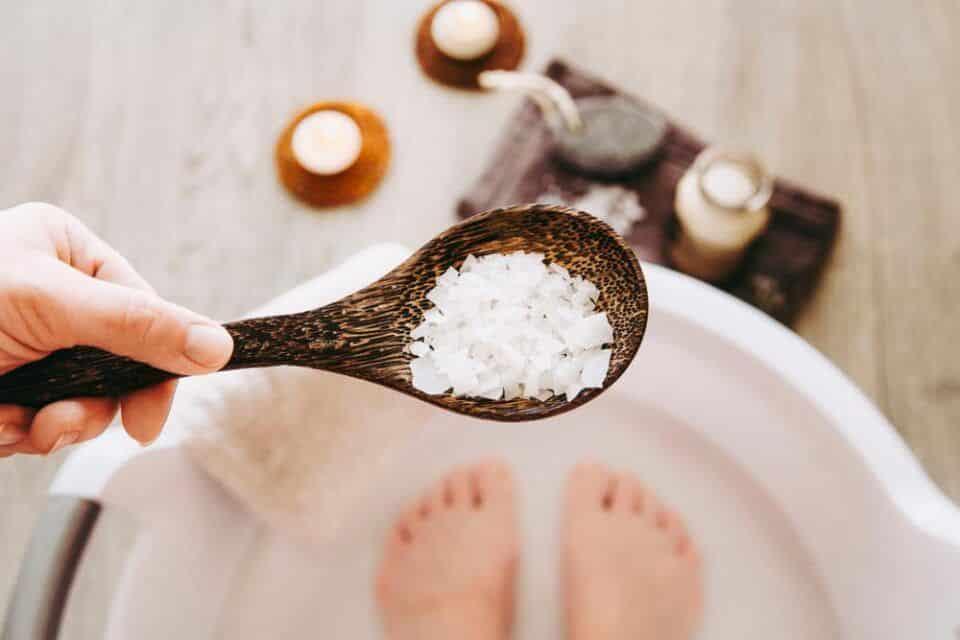 Como fazer escalda-pés? Métodos caseiros e benefícios para o corpo