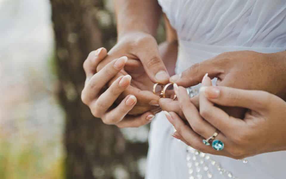 Dedo da aliança – Regras de aliança para namoro, noivado e casamento