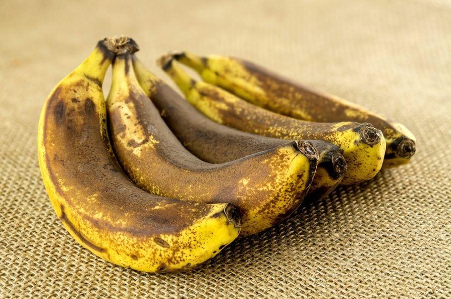 Banana com casca escura