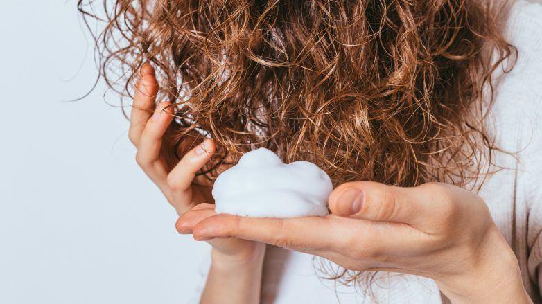 Mousse para cabelo cacheado, o que é? Pra que serve e como usar