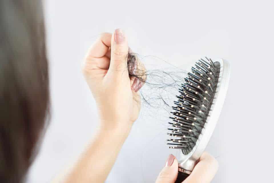 Queda de cabelo feminino – Causas e tratamento