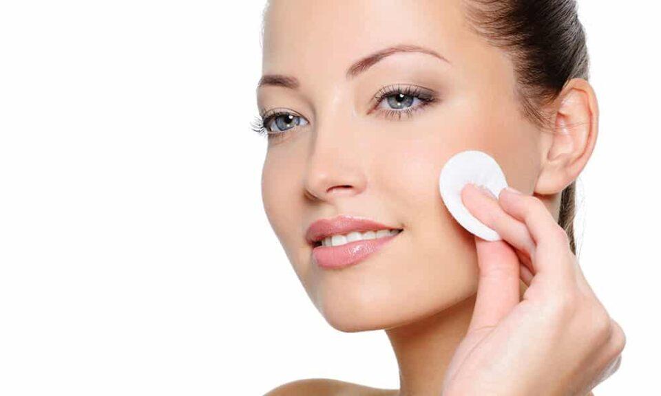 Tirar a maquiagem antes de dormir – Importância e cuidados
