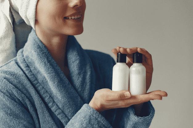 Uso de shampoo vencido e outros produtos capilares.
