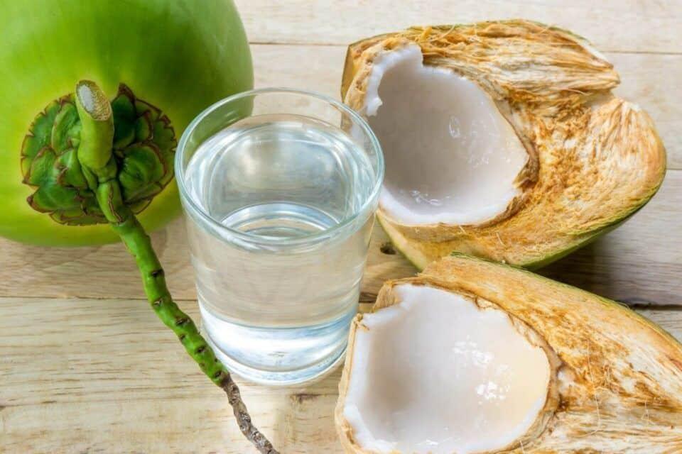 Água de coco no cabelo, como usar? Benefícios e receitas caseiras