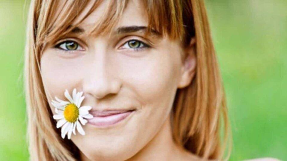 Camomila no cabelo – Benefícios e receitas caseiras com a erva