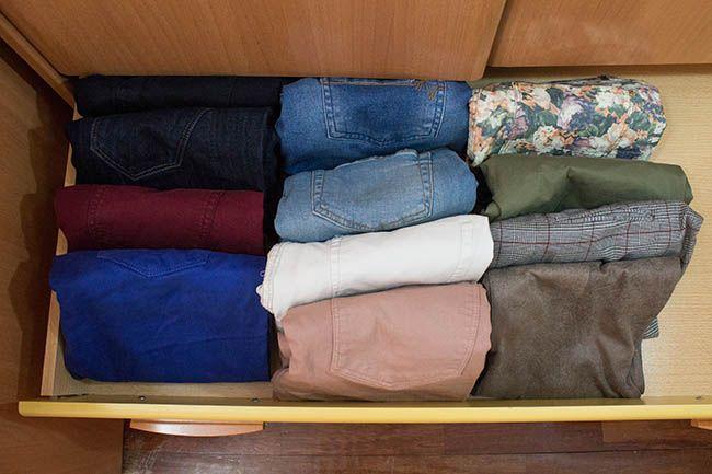 Como dobrar calça jeans - passo a passo para dobrar e organizar
