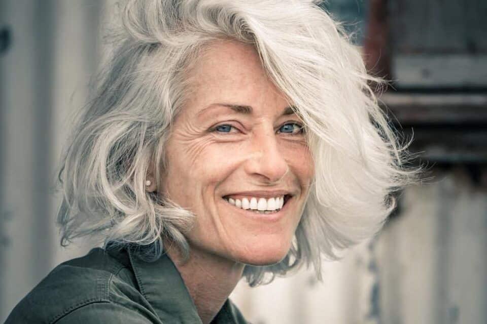 Mulheres grisalhas – Inspirações para lhe ajudar a abandonar as tintas