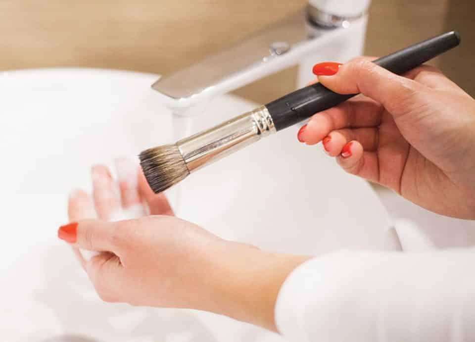 Como limpar pincel de maquiagem? Dicas que vão facilitar sua vida