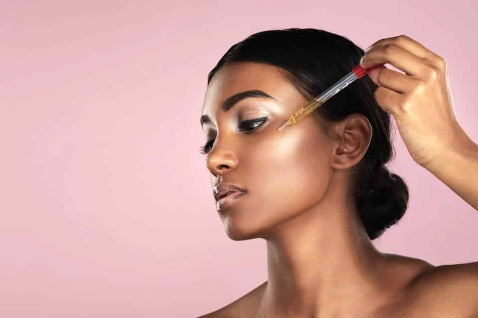 Como usar óleo de rosa mosqueta? Benefícios para pele