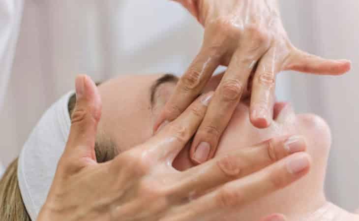 Massagem facial: Conheça os benefícios e aprenda como fazer em casa